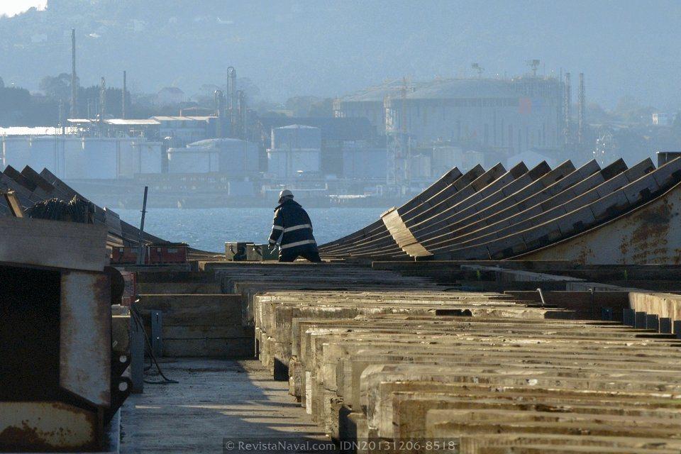 La denominada cama o asiento está compuesta por estructuras de acero forradas con madera para amortiguar el peso de las 17.000 toneladas del LHD (Foto: Rodrigo Díaz Castro/Revista Naval)