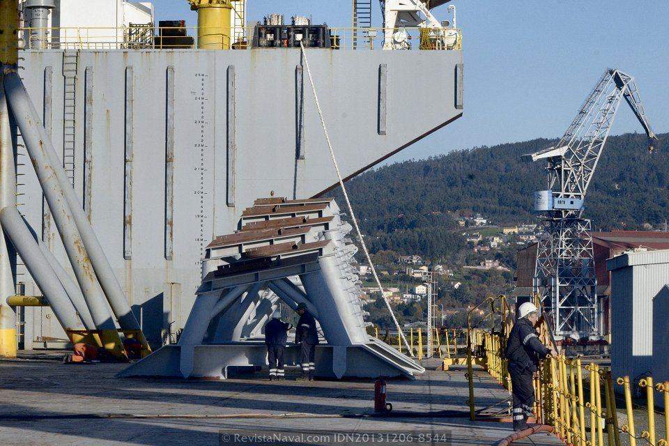 Detalle de los soportes de acero sobre los que se asentará la aleta de babor del Adelaide (Foto: Rodrigo Díaz Castro/Revista Naval)