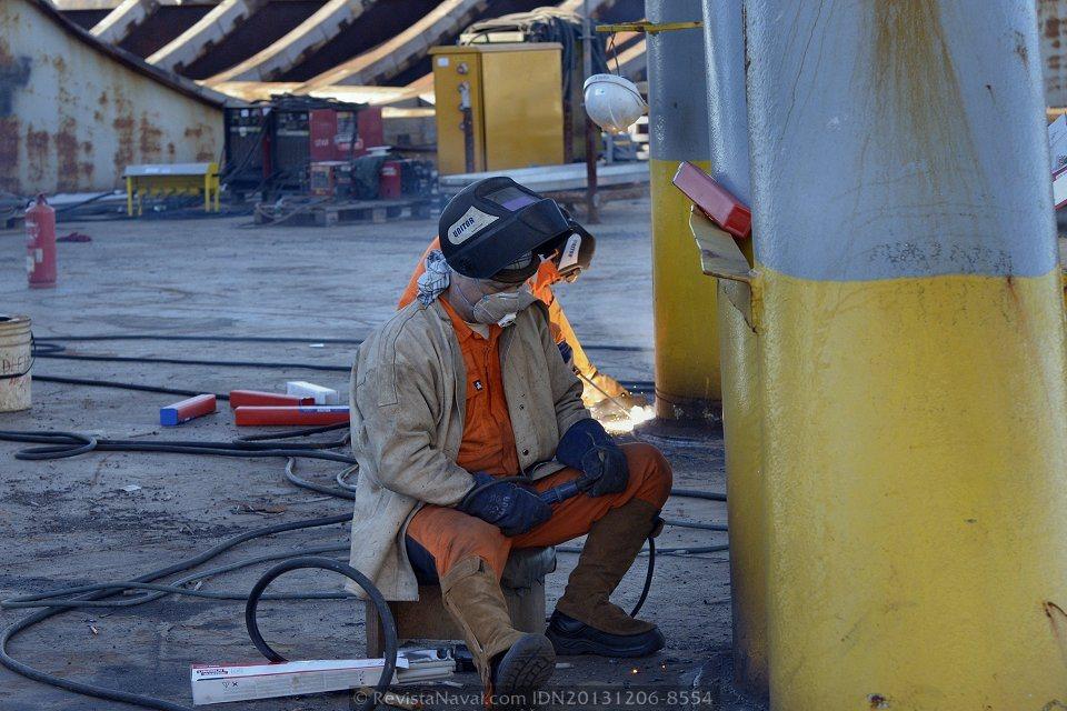 Detalle, operario de Dockwise efectuando labores de soldadura para fijar el poste a la cubierta (Foto: Rodrigo Díaz Castro/Revista Naval)