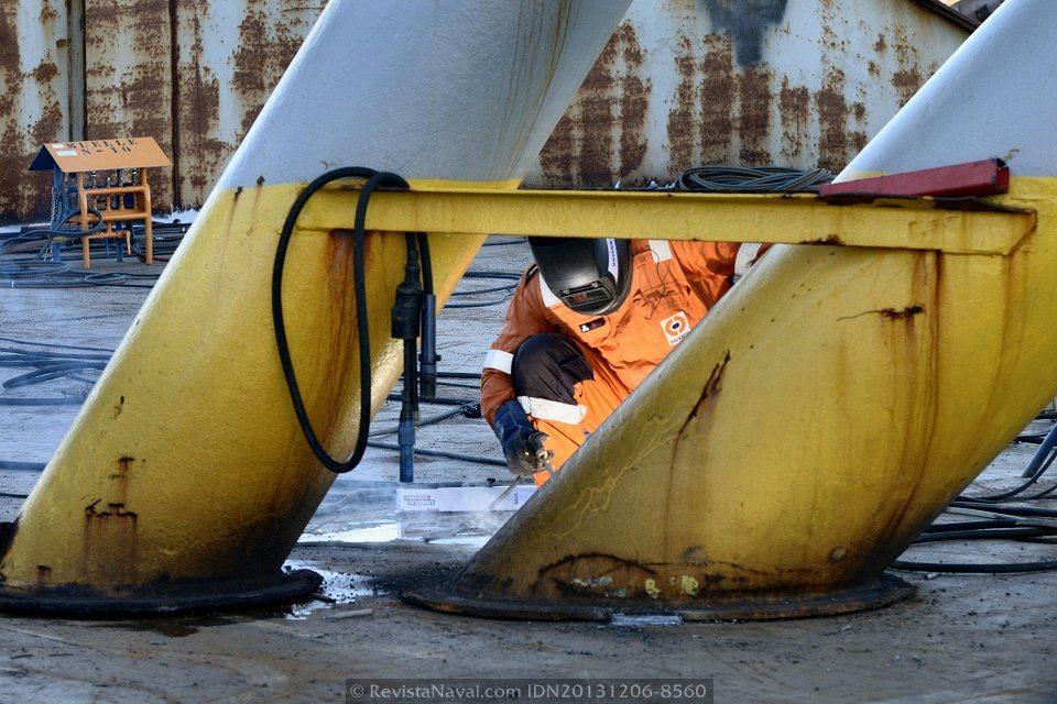 Detalle, operario de Dockwise efectuando labores de soldadura para fijar el poste a la cubierta. Cada operación de carga (load) requiere una cuidadosa planificación por parte de la empresa holandesa (Foto: Rodrigo Díaz Castro/Revista Naval)