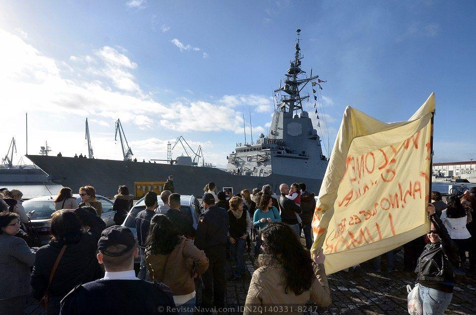 Numerosos familiares recibieron a los marinos a pie de muelle con un espontáneo aplauso (Foto: Revista Naval)