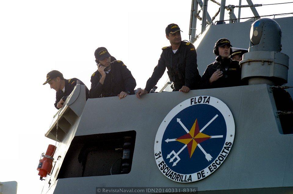 El comandante del buque, capitán de fragata Enrique Delgado Roig (en el centro) supervisa la maniobra de atraque en los muelles del Arsenal de Ferrol (Foto: Revista Naval)