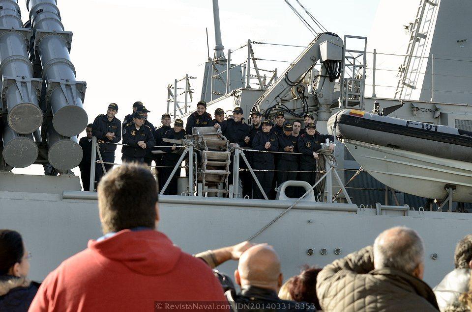Numerosos familiares recibieron a los marinos a pie de muelle tras seis meses de ausencia (Foto: Revista Naval)