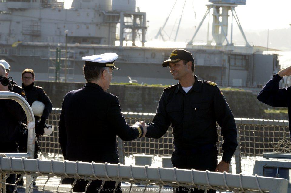 El contralmirante Antonio Pintos Pintos, comandante del Grupo de Acción Naval 1, estrecha la mano del comandante del buque tras ser recibido a bordo (Foto: Revista Naval)