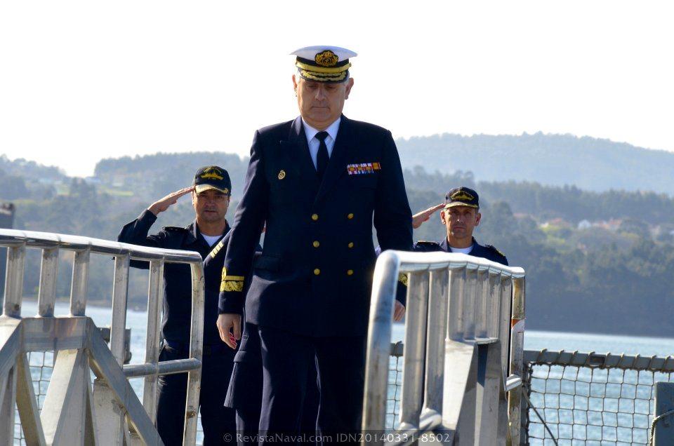 El Almirante Comandante del Grupo de Acción Naval 1, Antonio Pintos Pintos, desembarca de la fragata, recibiendo honores del comandante y su segundo(Foto: Revista Naval)