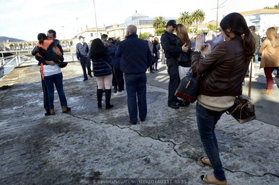 Una vez cumplidas las formalidades, los miembros de la dotación desembarcaron para encontrarse con sus familiares (Foto: Revista Naval)