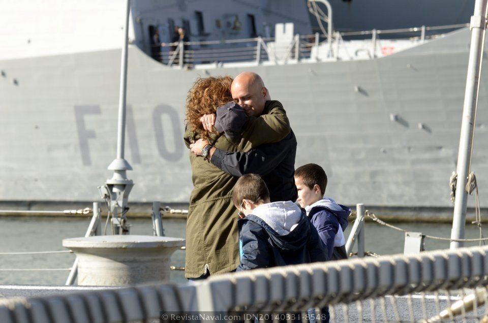 Un marino de la F-101 recibe a bordo a su familia (Foto: Revista Naval)