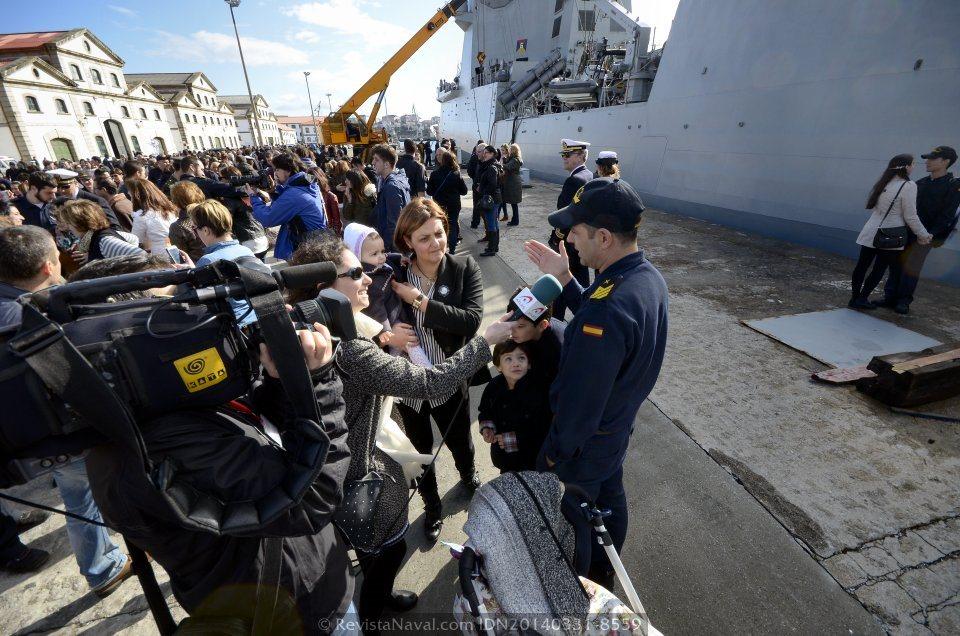 Los medios de comunicación social también aprovecharon la ocasión para obtener reacciones a la emoción del momento entre las familias de los marinos, tras seis meses lejos de casa (Foto: Revista Naval)