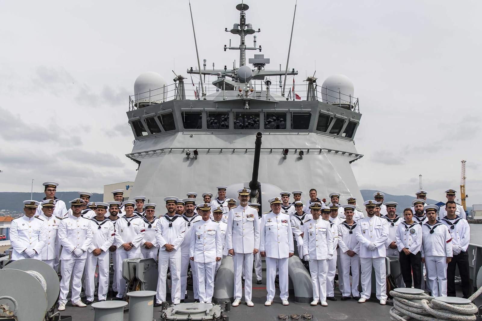 Inédita foto de familia de la dotación del P44 Tornado al término de la exhibición naval, con nada menos que dos reyes de España a bordo (Foto: Manuel Benítez Cillán/Armada española)