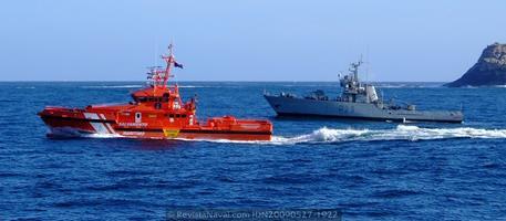 Nuevas agencias estatales y autonómicas están asumiendo competencias en el ámbito marítimo. En la imagen el Guardamar «Concepción Arenal», de Salvamento Marítimo, y el patrullero P-23 «Marola» (Foto: Revista Naval)
