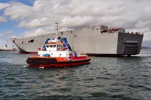 Remolcador «Eliseo Vázquez» tirando por la popa del buque (Foto: Rodrigo Díaz Castro / Revista Naval)