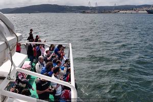 Numeroso público presenció la botadura, también desde el mar, en este caso desde una lancha de pasaje fletada por esta revista (Foto: Rodrigo Díaz Castro / Revista Naval)