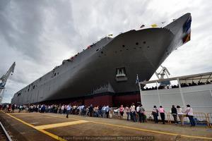 Las impresionantes dimensiones del buque, con 230 metros de eslora, vistos a pie de grada (Foto: Xoán Porto / Revista Naval)