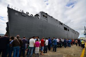 El segundo LHD para la Armada de Australia luce curiosamente la numeral 01, su gemelo «Canberra» botado el pasado año tiene asignado el 02 (Foto: Xoán Porto / Revista Naval)
