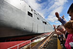 Numeroso público aplaude el descenso del buque (Foto: Xoán Porto / Revista Naval)