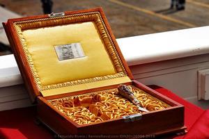 Caja conmemorativa de la botadura con la trencha (en la imagen) y la maza con que la madrina corta la cinta para proceder a la botadura (Foto: Fernando Rivera / Revista Naval)