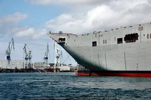 Proa del «Adelaide». Al fondo la grada que acaba de abandonar en el astillero de Ferrol (Foto: David López Gutiérrez / Revista Naval)