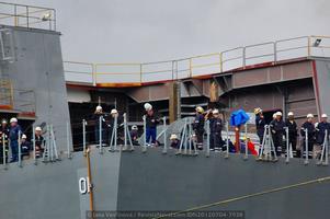 Operarios de Navantia en la popa del buque durante las maniobras a flote (Foto: Jana Vavřínová / Revista Naval)