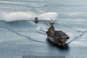 El «Príncipe de Asturias» enfilando la canal seguido del remolcador Y-122 (Foto: Fernando Rivera/Revista Naval)
