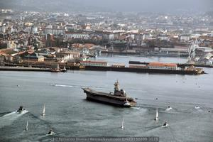 El buque ya en la bahía ferrolana, acompañado por una multitud de embarcaciones (Foto: Fernando Rivera/Revista Naval)