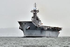 Entre puntas, aguardando el embarque del práctico (Foto: Xoán Porto/Revista Naval)