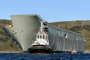 Casco del LHD Adelaide tomando remolque en la ría de Ferrol para salir a mar abierto por primera vez en su historia (Foto: Xoán Porto/Revista Naval)