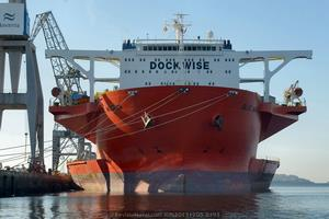Impresionante vista de proa del MV Blue Marlin atracado al muelle número 10 de los astilleros de Navantia en Fene (Foto: Xoán Porto/Revista Naval)