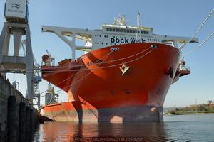 El buque, abanderado en Antillas Holandesas, recala por segunda vez en la ría de Ferrol para efectuar los preparativos para el embarque del segundo LHD que Navantia construye para la Armada de Australia (Foto: Rodrigo Díaz Castro/Revista Naval)