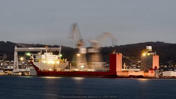 Imagen nocturna de larga exposición. La frenética actividad a bordo se extendió durante cuatro días para completar los trabajos de puesta a punto para la operación que se verificará el 10 de diciembre en la bahía de Vigo (Foto: Rodrigo Díaz Castro/Revista Naval)
