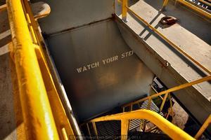Aviso de seguridad, la prevención de riesgos es fundamental para operar en un entorno industrial (Foto: Rodrigo Díaz Castro/Revista Naval)