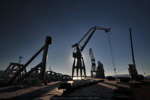 Imagen a contraluz de las grúas del astillero trabajando sobre la cubierta del Blue Marlin el pasado 6 de diciembre (Foto: Rodrigo Díaz Castro/Revista Naval)