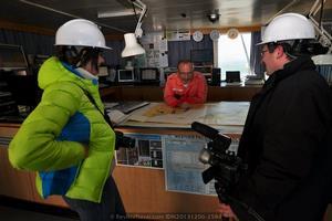 El capitán Baranov atendiendo amablemente a los corresponsales de Revista Naval en el puente de gobierno del buque. Baranov dirige a una dotación formada por aproximadamente 25 personas (Foto: Rodrigo Díaz Castro/Revista Naval)
