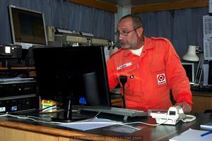 El capitán del Blue Marlin, Mijaíl Baranov, repasa los detalles de la operación que desarrollará en la bahía de Vigo (Foto: Rodrigo Díaz Castro/Revista Naval)
