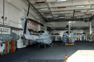 Vista de dos Agusta-Bell 212 biturbina en el hangar de una LPD del tipo Galicia (Foto: Javier Sánchez García/Revista Naval)