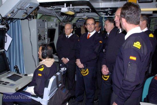 S.M. El Rey Don Juan Carlos en el CIC del buque, acompañado por el Ministro de Defensa, JEMAD, AJEMA, ALFLOT y Comandante de la fragata F-101 «Álvaro de Bazán» (Foto: Ministerio de Defensa)