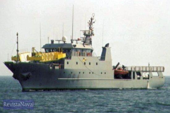 El buque con su aparatosa estructura para la lucha contra la contaminación marina (Foto: Diego Quevedo Carmona)