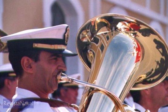 En la partida. El A-52 «Las Palmas» reflejado en el instrumento de un miembro de la banda de música del Tercio de Levante (Foto: Diego Quevedo Carmona)