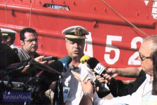 El comandante del buque, CC Moreno Susanna, atendiendo a los medios de comunicación (Foto: Diego Quevedo Carmona)