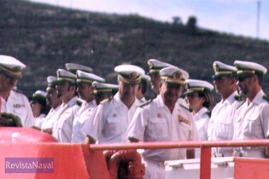 El Almirante de Acción Marítima se despide de la gente a bordo del buque (Foto: Diego Quevedo Carmona)
