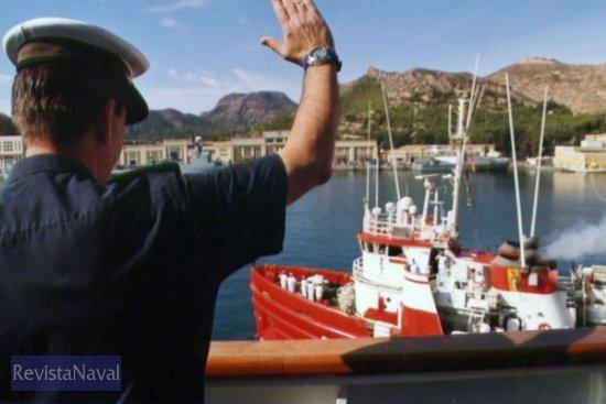 De comandante a comandante: «¡Buen viaje, nos vemos en Ushuaia!...», el CF Jardón Dato, comandante del «Hespérides» se despide de su compañero (Foto: Diego Quevedo Carmona)