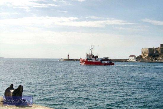 Enfilando la boca del puerto cartagenero, ¡que tengáis buena mar y mejores vientos! (Foto: Lapenu)