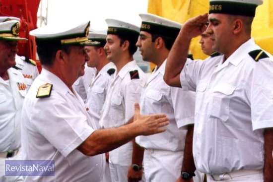 El ALMART saludando a la dotación del buque (Foto: Diego Quevedo Carmona)