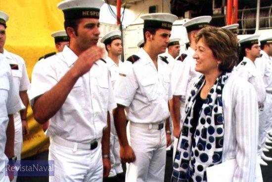 La ministra de Educación y Ciencia, Mª Jesús San Segundo, saludando a la dotación (Foto: Diego Quevedo Carmona)
