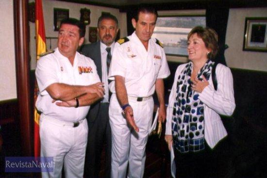 La ministra de Educación y Ciencia, Mª Jesús San Segundo, junto al comandante del buque CF Jardón Dato, y al almirante Sánchez-Barriga Fernández (Foto: Diego Quevedo Carmona)