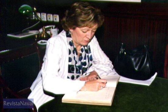 La ministra firma una dedicatoria en memoria de su visita al «Hespérides» en el inicio de la XIII Campaña Antártica (Foto: Diego Quevedo Carmona)