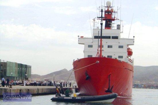 La Guardia Civil proporcionó escolta al buque en su tránsito hacia mar abierto (Foto: Lapenu)