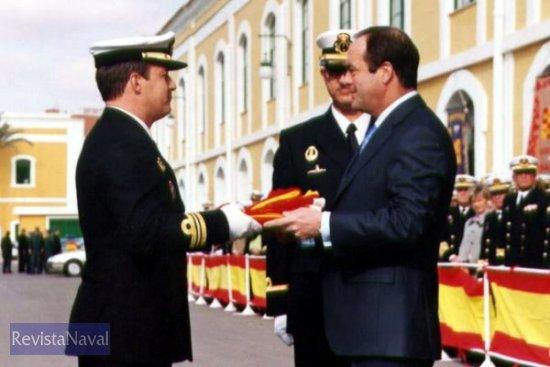 El ministro de Defensa entrega la bandera del buque a su comandante(Foto: Diego Quevedo Carmona)