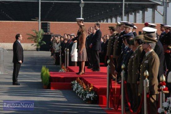 El ministro de Defensa José Bono dirigiéndose a S.A.R. el Príncipe de Asturias (Foto: Lapenu)