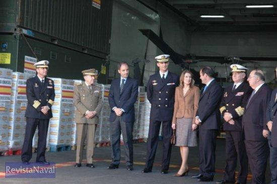 Tras el acto, las autoridades presentes subieron a bordo del «Galicia», en cuya cubierta de hangar se dejaron fotografiar para los medios de comunicación (Foto: Lapenu)