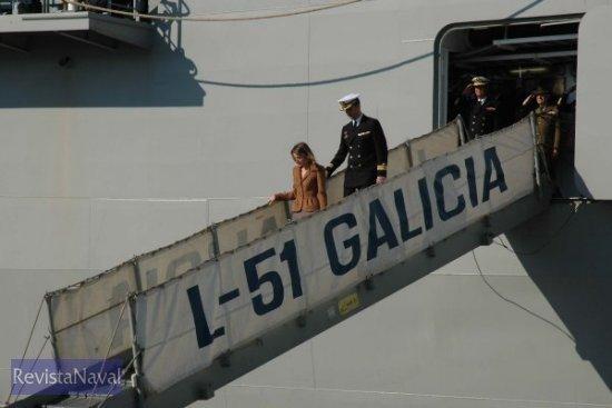 Los príncipes de Asturias abandonando el «Galicia» (Foto: Lapenu)